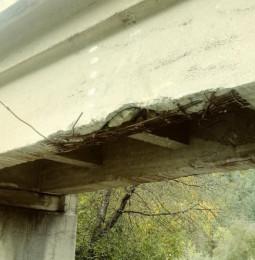 Pod feroviar distrus de autocamioanele încărcate cu bușteni. Autoritățile dorm